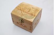 Резная шкатулка из дерева ручной работы